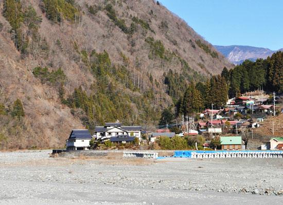 奈良田温泉・白根館/宿の全景と奈良田の集落