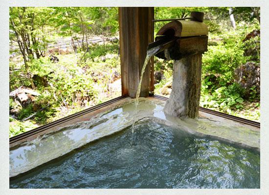 小梨の湯笹屋/木造りの湯船の縁