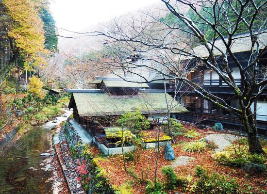 法師温泉・長寿館/渡り廊下から撮影した外観