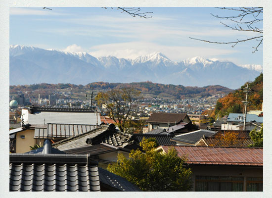 美ヶ原温泉街と松本市街、常念岳方面の山並み