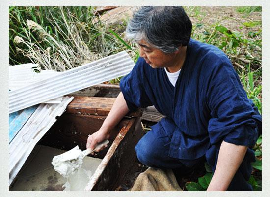 湯の花を採取する遠藤さん