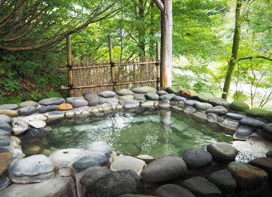 越後長野温泉・嵐渓荘/貸切風呂「石の湯」の露天風呂