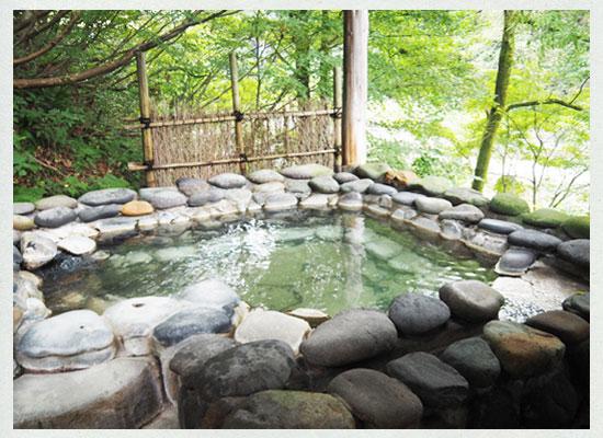 越後長野温泉・嵐渓荘/「山の湯」の「石湯」露天風呂
